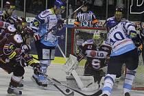 Pavel Patera šanci neproměnil. Nepodařilo se mu včas zpracovat skákající přihrávku // HC Vagnerplast Kladno - HC Sparta Praha 2:4, O2  ELH 2010/11, hráno 16.1.2011
