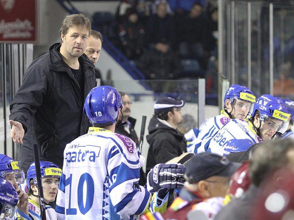 Petr Tatíček v rozhovoru s kapitánem Paterou // HC Vagnerplast Kladno - HC Sparta Praha 2:4, O2  ELH 2010/11, hráno 16.1.2011