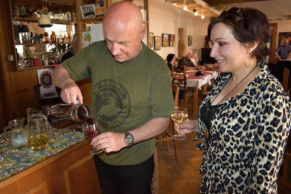 Výstava děl Břetislava Kostky a Soni Machové, vinárna Ateliér v Kladně-Kročehlavech.