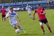 SK Kladno (v bílém) nečekaně doma přemohlo třetí tým divizní tabulky - Litoměřice 2:1. Vlevo David Čížek