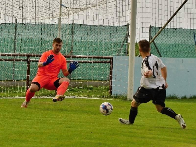 Vysoká (v červeném) přivítala nováčka Baník Švermov, který hrál hodinu o deseti, přesto vyhrál 3:0. Mladý Kotouček dal z úniku na 0:2