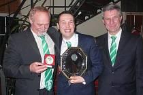 Vladimír Hodan (vlevo) ještě v kravatě SK Lhota se svým tehdejším svěřencem Tomášem Procházkou (uprostřed) a předsedou klubu Ivanem Horákem.