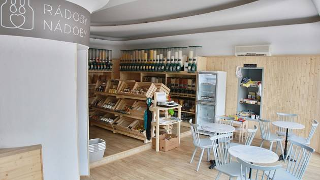 Svěží a minimalistický interiér obchodu s kavárnou RÁDOBY NÁDOBY přináší zákazníkům pocit klidu a pohody.