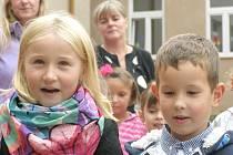 DĚTI Z MATEŘSKÉ ŠKOLY v ulici R. Svobodové v Kladenské Habešovně si secvičily u příležitosti slavnostního otevření mateřinky pásmo písniček.