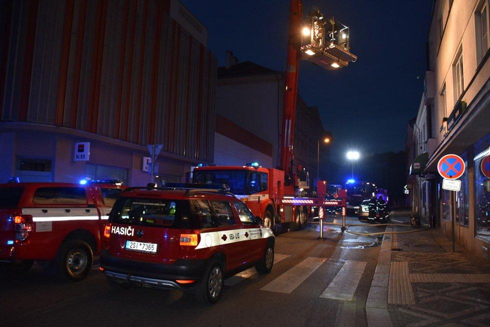 Penzion Union ve Slaném zachvátily plameny, hasiči museli budovu evakuovat.