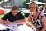 Starostka Bratronic Miloslava Knížetová na fotografii společně s jedním z autorů Miroslavem Oliveriusem.