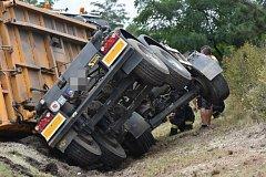 Středeční nehoda náklaďáku s pískem u Velvar na silnici I/16