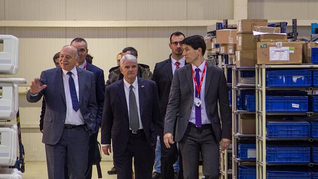 Americký velvyslanec zavítal do Slaného a úspěšného Linetu. Foto: Petr Škarvan