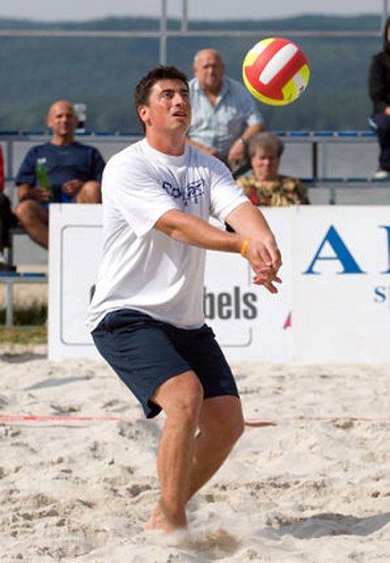 Hokejista Tomáš Kaberle se v létě zúčastnil turnaje v plážovém volejbalu u Máchova jezera.