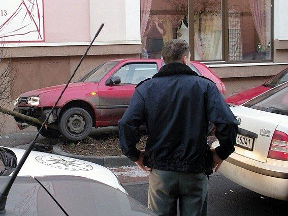 Zběsilá jízda  řidiče kradeného auta skončila na obrubníku a stromu v Suchardově ulici v Kladně poté, co policisté v centru města použili dva varovné výstřely.