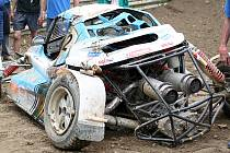 Pěkně zmuchlaná byla bugina Jaroslava Hoška poté, co ji střet s autem Sýkory katapultoval do vzduchu.