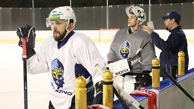 Kladno trénovalo na otevřeném zimním stadionu v Dobříši. Vpředu Vítězslav Bílek, vzadu Andrej Košarišťan.
