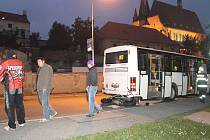 Vážná dopravní nehoda v Šultysově ulici ve Slaném. Motocyklista narazil zezadu do autobusu na zastávce.