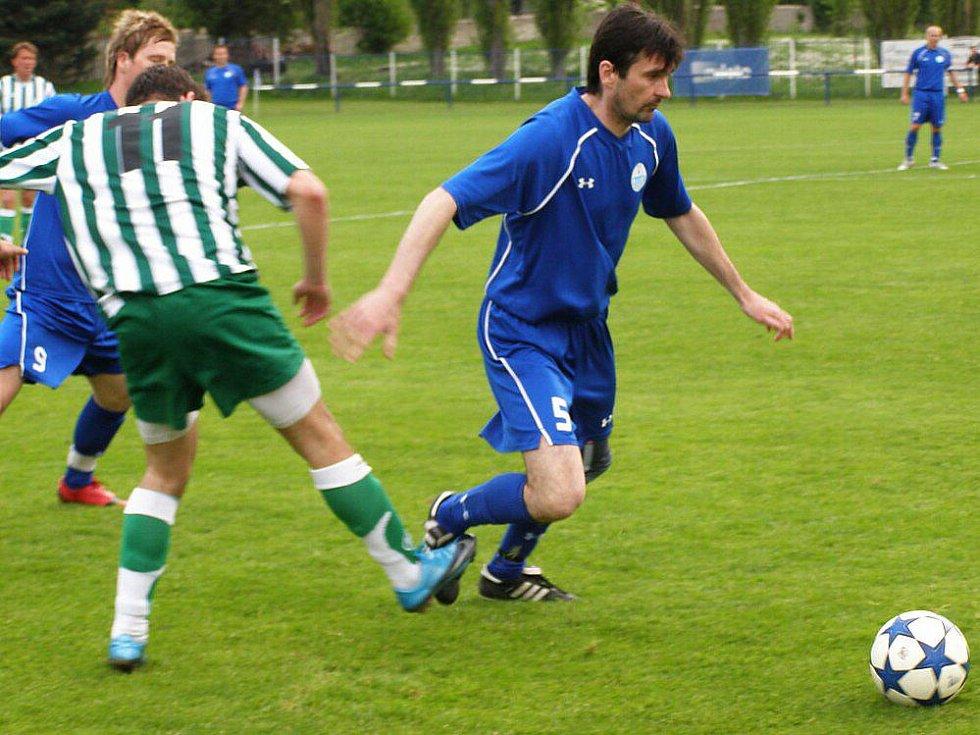 Velká Dobrá (v modrém) si poradila po hektickém závěru s Loděnicemi 4:3. Hrdina zápasu Radek Duda dal tři góly.