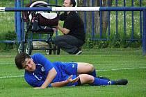 Velká Dobrá (v modrém) si poradila po hektickém závěru s Loděnicemi 4:3. Rozhodující gól připravil Martin Bílek za cenu zranění svalu.