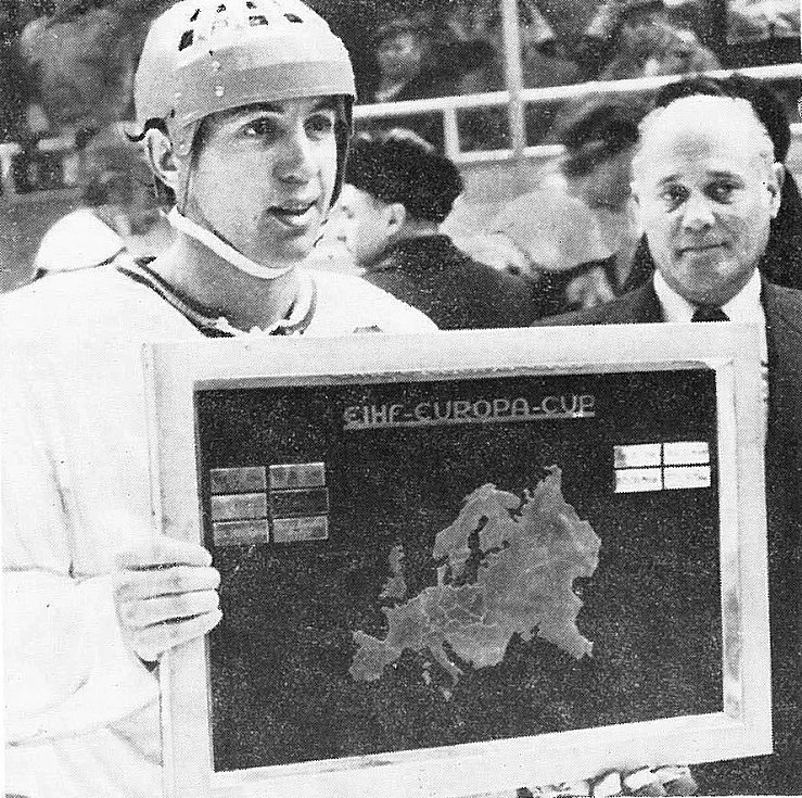 Triumf Kladna v PMEZ v roce 1979. Kapitán Milan Nový s cennou trofejí.