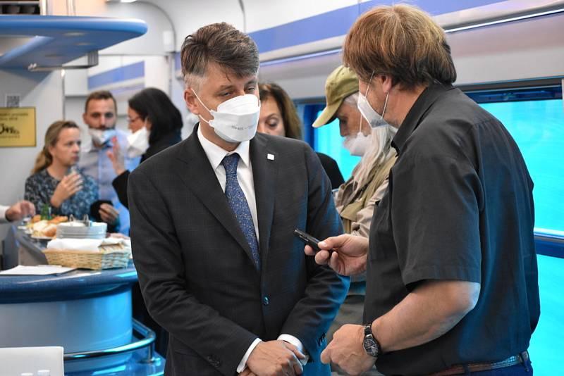 Generální ředitel Správy železnic Jiří Svoboda společně představuje na tiskové konferenci s kolegy budoucí podobu kladenské železnice.