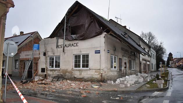Asi nejhůře dopadla v Kladně Restaurace Na Růžku v Doberské ulici. Vzduchem lítaly cihly i tvárnice. Ulice bude v pondělí ještě nějakou dobu uzavřená.