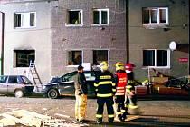 Výbuch v bytovém domě v Buštěhradu připravil na čas nájemníky o střechu nad hlavou