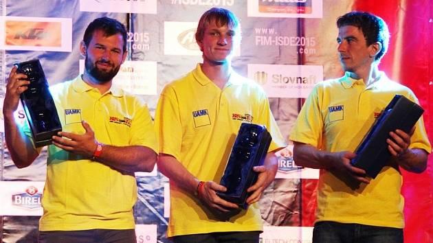 NA PÓDIU skončili na prestižní Šestidenní závodníci KBS ÚAMK Unhošť – zleva Jakub Horák, Jan Balaš a Vít Kuklík.