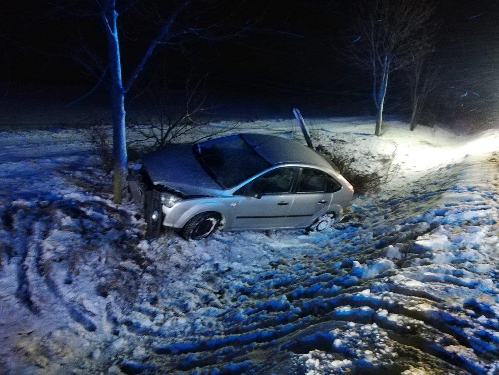 V Unhošti na Kladensku narazil automobil do stromu.