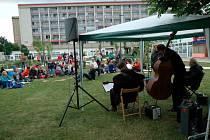 Jazzový piknik pod věžáky letos nabídne i bleší trh. Foto z roku 2018.