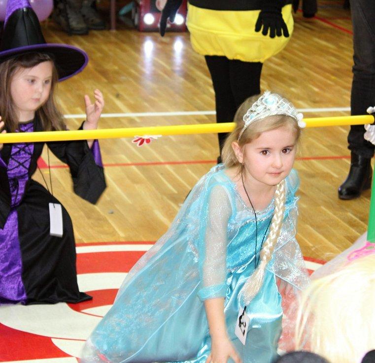 Maškarní merenda s Bárou Ladrovou a jejími plyšovými kamarády v lánské sokolovně.
