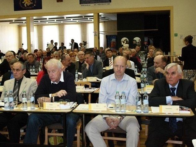Delegáti valné hromady České unie sportu při zasedání v Nymburku.