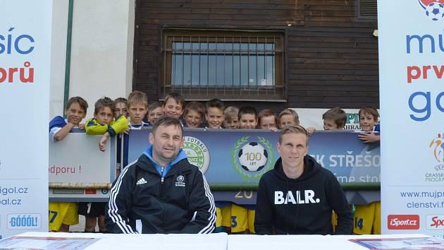 Profesionální trenér SKFS Milan Kormaník (vlevo) s patronem fotbalové mládeže Středočeského kraje Bočkem Dočkalem.