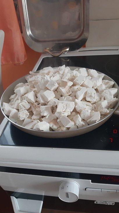Obří pýchavka podušená na másle s česnekem a bylinkami je prý velkou pochoutkou, potvrzuje houbařka Martina.