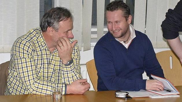 Vlevo kouč Zdeněk Vojta a vedle sekretář Rytířů Martin Vejvoda.