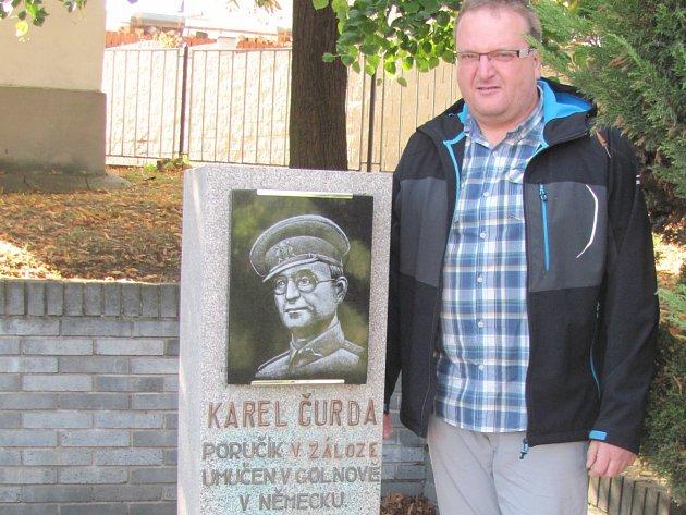 STAROSTA CVRČOVIC Stanislav Plecitý u pomníku zdejšího rodáka Karla Čurdy.