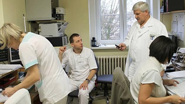 OSMDESÁT PROCENT lékařů slánské nemocnice za svým ředitelem Jiřím Šimákem stojí