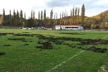 Divočáci zničili část hřiště Baníku Libušín.