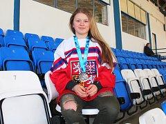 MARTINA EXNEROVÁ se svým posledním hokejovým úspěchem – medailí ze zimní olympiády mládeže.