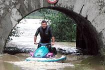 Při povodních v roce 2002 se Jiří Vlček (ímku) a jeho syn Martin dostal na vodním skútru skutečně na neobvyklá místa. Nebylo to však pouze o adrelinu, ale i pomoci lidem v nouzi.