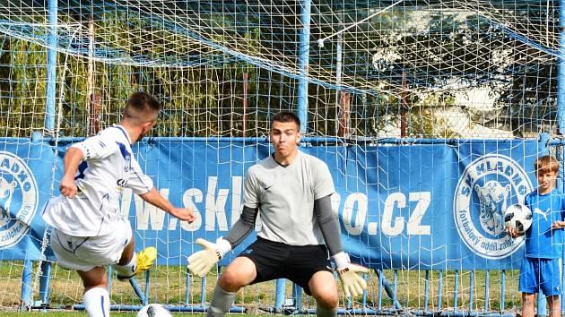 SK Kladno (v bílém) porazilo v divizi B hostující Nymburk 2:1. David Čížek střílí první gól.