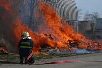 Hasiči likvidovali rozsáhlý požár palet v areálu kladenské Poldi.