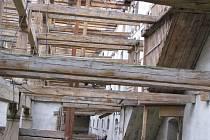 Budova  barokní sýpky v Břešťanech je stále v ohrožení. Po předchozích majitelích je pořádně zdevastovaná. Kromě toho, že  jde o kulturní památku, narušený objekt ohrožuje i životy lidí. Uvolněné zdivo přímo nad železniční tratí je časovanou bombou.