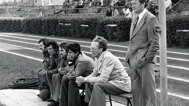 """TRENÉRSKÁ LEGENDA. Miroslav """"Manda"""" Linhart (vpravo) na lavičce tehdejší neratovické Spolany."""