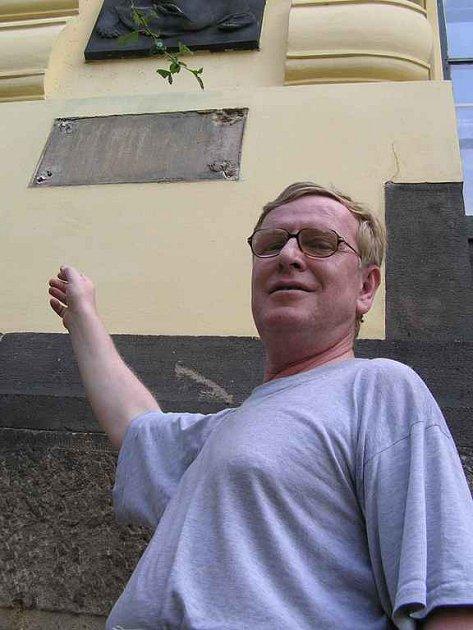 Školník Jaroslav Hošek ukazuje na místo, které ještě nedávno zdobila pamětní deska věnovaná lidickým ženám.
