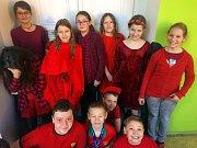 Téměř všichni žáci i zaměstnanci školy přišli oděni v červené barvě.