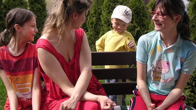 Kristýna Konečná ze Slaného-Dolína (zcela vpravo) se narodila ve stejný den jako Kladenský deník, tedy 3. května 1997. Zleva její sestra Zuzanka, maminka Eva a bráška Tomášek.