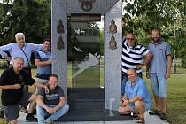 Členové společnosti patriotů Slaného uspořádali u ruzyňského památníku na první výročí úklidovou brigádu