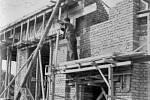 Práce na stavbě obchodního domu Frank.
