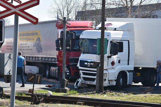 Kamiony se střetly vúterý po poledni ve Slaném uželezničního přejezdu na Pražském předměstí.