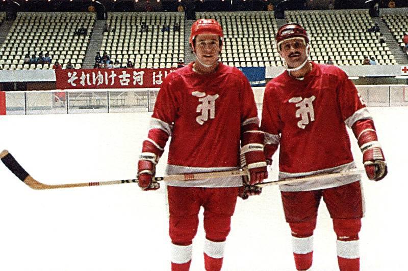 Dvojice František Kaberle - Eduard Novák hrála od roku 1982 za japonskou Furukawu Denko. Ale když bylo Kladnu v sezoně 82/83 ouvej, oba požádalo, aby se vrátili a mateřskému klubu pomohli. Což oba udělali, i když nakonec klub stejně spadl.