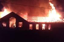 Někdejší cukrovar v Zákolanech zachvátil před pátou hodinou ranní obrovský požár