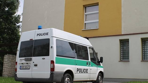 Obviněného zloděje, který přejel muže ve Velvarech vyslechli kriminalisté v Kladně-Kročehlavech