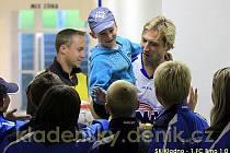 Patrik Gross se také zastavil u mladých fotbalových nadějí  při odchodu do kabiny